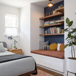 Mid-Century Hauptschlafzimmer ohne Kamin mit weißer Wandfarbe, braunem Holzboden und braunem Boden in Los Angeles
