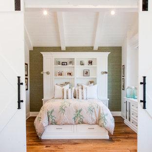 Foto de habitación de invitados costera con paredes verdes y suelo de madera en tonos medios