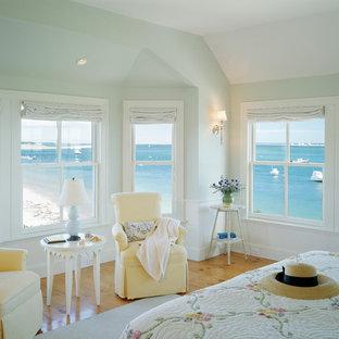 Foto di una camera da letto al mare con pavimento giallo