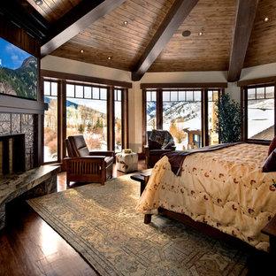 Immagine di una camera da letto classica con camino ad angolo