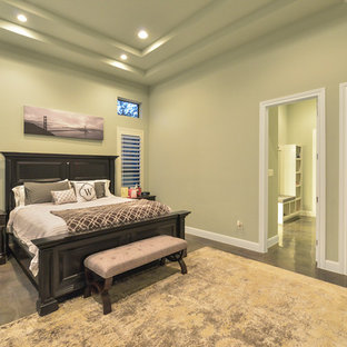 На фото: с высоким бюджетом большие хозяйские спальни в стиле современная классика с зелеными стенами, бетонным полом и коричневым полом