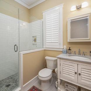 Идея дизайна: маленькая гостевая спальня в классическом стиле с бежевыми стенами, полом из керамогранита и белым полом