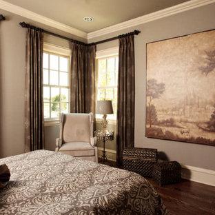 Идея дизайна: гостевая спальня в стиле современная классика с коричневыми стенами, паркетным полом среднего тона и коричневым полом