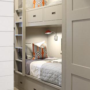 Idée de décoration pour une chambre d'amis design de taille moyenne avec un mur gris.