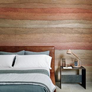 Идея дизайна: спальня с полом из известняка, разноцветными стенами и серым полом