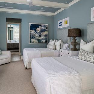 Modelo de habitación de invitados clásica renovada, de tamaño medio, con paredes azules, suelo de travertino y suelo beige