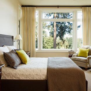 ポートランドの中サイズのトラディショナルスタイルのおしゃれな主寝室 (ベージュの壁、標準型暖炉、漆喰の暖炉まわり、カーペット敷き、茶色い床) のレイアウト
