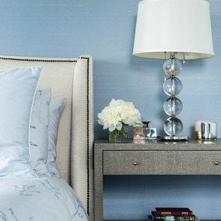 На фото: маленькая гостевая спальня в классическом стиле с белыми стенами, паркетным полом среднего тона и коричневым полом с