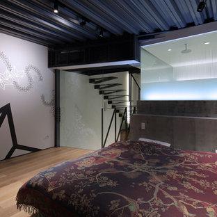 京都のコンテンポラリースタイルのおしゃれな寝室 (白い壁、無垢フローリング、茶色い床) のインテリア