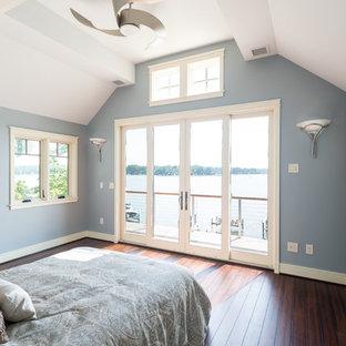 Diseño de habitación de invitados pequeña con paredes azules y suelo de bambú
