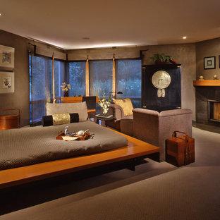 Réalisation d'une grand chambre asiatique avec un mur marron, une cheminée standard et un manteau de cheminée en pierre.