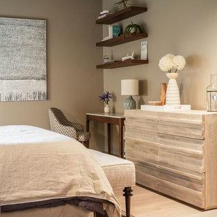 Diseño de habitación de invitados moderna, pequeña, con paredes beige y suelo de madera en tonos medios
