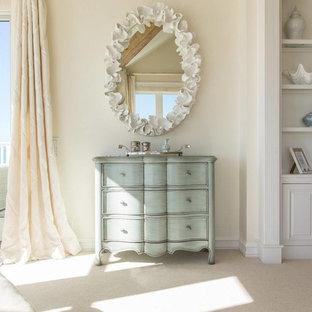 Ispirazione per una camera matrimoniale stile shabby di medie dimensioni con pareti beige, moquette, nessun camino e pavimento beige