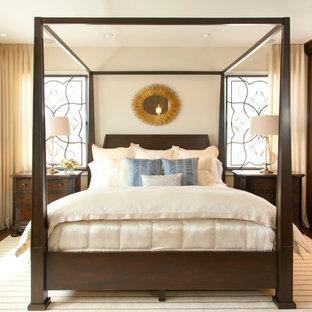 Idee per una grande camera matrimoniale chic con pareti beige e parquet scuro