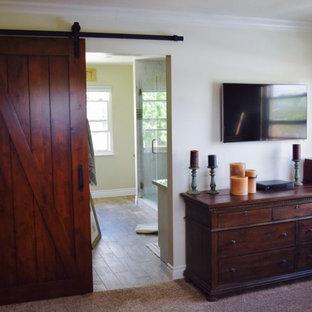 Cette photo montre une chambre craftsman de taille moyenne avec un mur beige et aucune cheminée.
