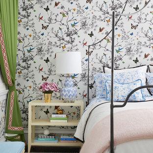 シカゴの中くらいのコンテンポラリースタイルのおしゃれな寝室 (マルチカラーの壁、カーペット敷き) のレイアウト