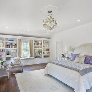 Ejemplo de dormitorio tradicional con paredes blancas y suelo de madera oscura