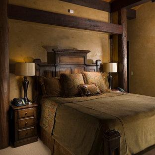 Imagen de dormitorio principal, rústico, de tamaño medio, sin chimenea, con paredes amarillas, moqueta y suelo beige