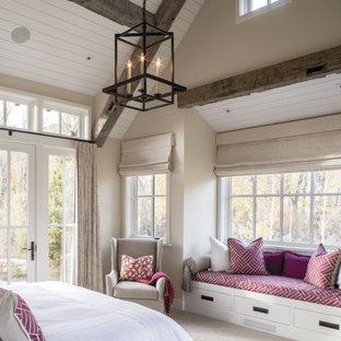 Неиссякаемый источник вдохновения для домашнего уюта: большая хозяйская спальня в стиле кантри с бежевыми стенами, ковровым покрытием, бежевым полом и деревянным потолком