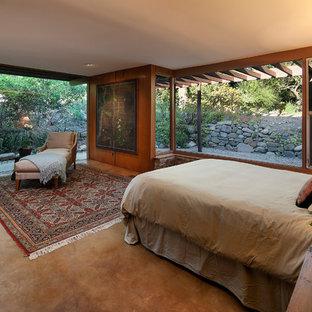Immagine di una camera matrimoniale moderna di medie dimensioni con pareti marroni e pavimento in cemento