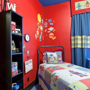 Idee per una camera da letto contemporanea di medie dimensioni con pareti rosse e moquette