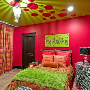Diseño de dormitorio contemporáneo, de tamaño medio, con paredes rojas y moqueta