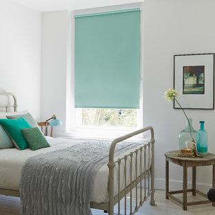 Esempio di una camera da letto chic con pareti bianche, pavimento in legno verniciato e nessun camino