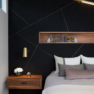 Modelo de dormitorio principal, actual, con paredes negras y suelo de madera oscura