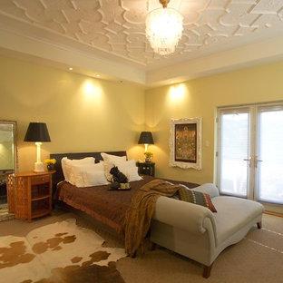 Großes Modernes Hauptschlafzimmer mit gelber Wandfarbe, Teppichboden, beigem Boden, Kamin und Kaminumrandung aus Metall in San Francisco