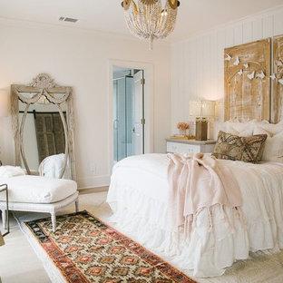 Idéer för ett shabby chic-inspirerat sovrum, med vita väggar