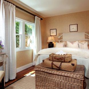 Shabby chic-inspirerad inredning av ett sovrum, med beige väggar och mörkt trägolv