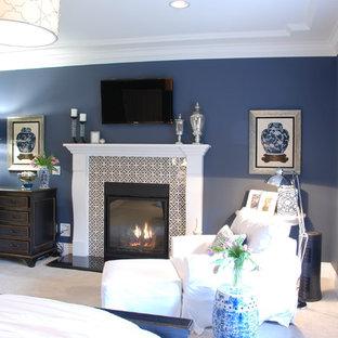 Foto de dormitorio principal, campestre, grande, con paredes azules, moqueta, chimenea tradicional, marco de chimenea de baldosas y/o azulejos y suelo blanco