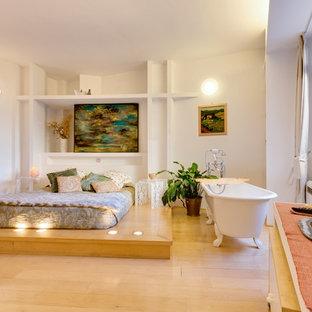 Idee per una camera da letto stile loft minimal di medie dimensioni con pareti bianche, parquet chiaro e pavimento beige