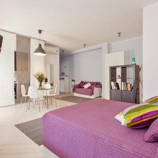 Diseño de dormitorio tipo loft, actual, de tamaño medio, con paredes púrpuras, suelo de madera clara y suelo beige