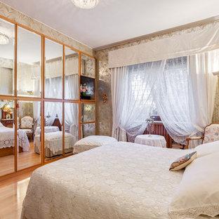 Immagine di una piccola camera matrimoniale chic con pareti multicolore, parquet chiaro e pavimento beige