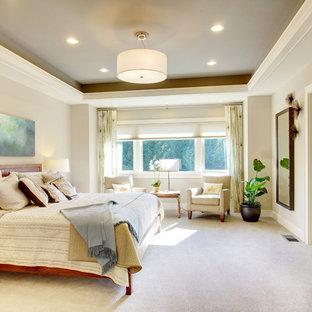 Foto di una camera matrimoniale chic di medie dimensioni con pareti beige, moquette, nessun camino e pavimento bianco