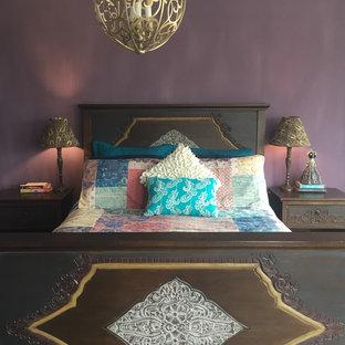 Foto de dormitorio principal, ecléctico, pequeño, sin chimenea, con paredes púrpuras, suelo de madera oscura y suelo marrón