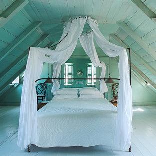 Idées déco pour une chambre romantique avec un mur bleu, un sol en bois peint et un sol bleu.