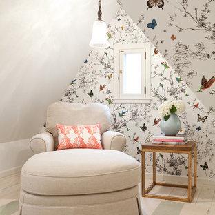 Пример оригинального дизайна: хозяйская спальня среднего размера на мансарде в стиле неоклассика (современная классика) с белыми стенами и светлым паркетным полом