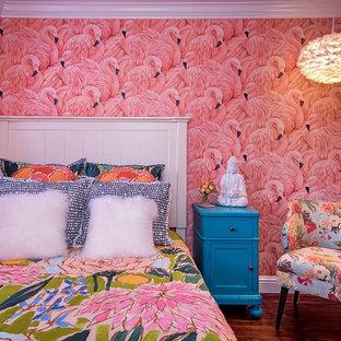 Ejemplo de habitación de invitados exótica, pequeña, con paredes rosas y suelo de madera en tonos medios