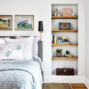 ワシントンD.C.のビーチスタイルのおしゃれな寝室 (白い壁、無垢フローリング、茶色い床)