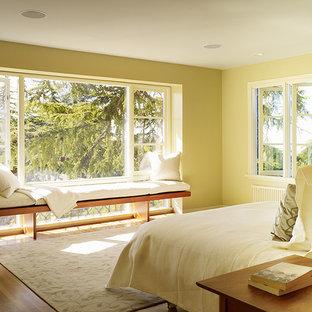 Foto de dormitorio principal, minimalista, pequeño, sin chimenea, con paredes verdes y suelo de madera clara