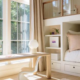 サンフランシスコの中くらいのカントリー風おしゃれな寝室 (白い壁、無垢フローリング、ベージュの床、クロスの天井) のインテリア