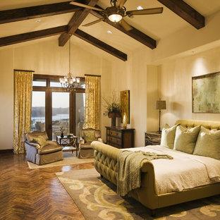 Inspiration för medelhavsstil huvudsovrum, med beige väggar och mellanmörkt trägolv