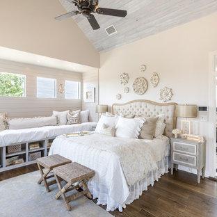 Shabby-Style Hauptschlafzimmer mit beiger Wandfarbe, dunklem Holzboden und braunem Boden in Austin