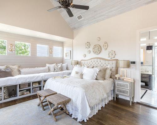 Shabby Style Hauptschlafzimmer Mit Beiger Wandfarbe, Dunklem Holzboden Und  Braunem Boden In Austin