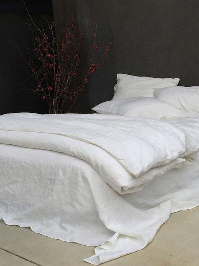 コンテンポラリー 寝室 by Rough Linen