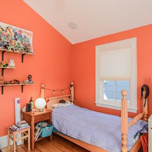 Imagen de dormitorio rústico, de tamaño medio, con parades naranjas y suelo de madera en tonos medios