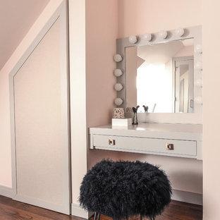 Idee per una grande camera da letto design con pareti rosa, pavimento in legno massello medio, nessun camino e pavimento marrone