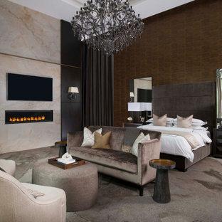 Foto de dormitorio principal y madera, moderno, extra grande, madera, con paredes marrones, moqueta, chimenea lineal, marco de chimenea de piedra, suelo multicolor y madera